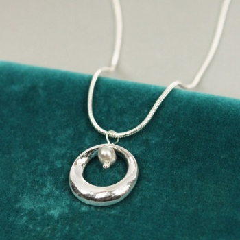 Pom silver plated hoop/grey pearl necklace